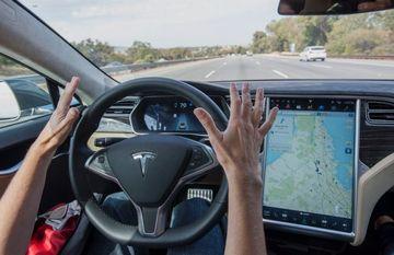 टेस्ला कार हादसाः क्या वाकई में भविष्य की हकीकत बन पाएंगी सेल्फ ड्राइविंग कारें